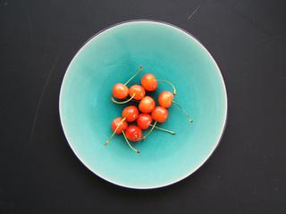 皿の上のさくらんぼ